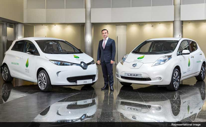 Nissan celebrates their 1-lakh production of their electric vehicle LEAF in Japan